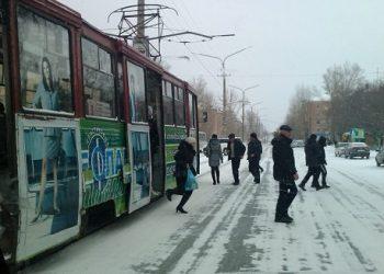 Пешеходы идут к трамваю