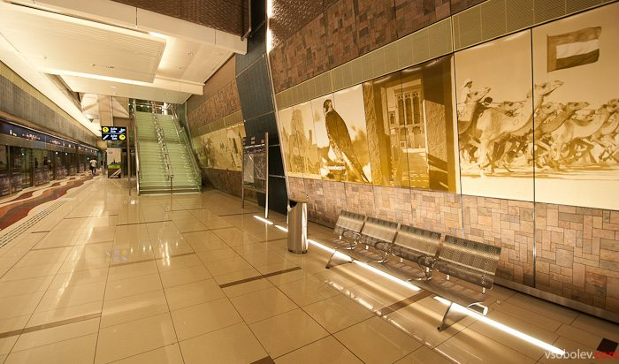 Станция оформлена изображениями сокола, активно импортируемых из Казахстана