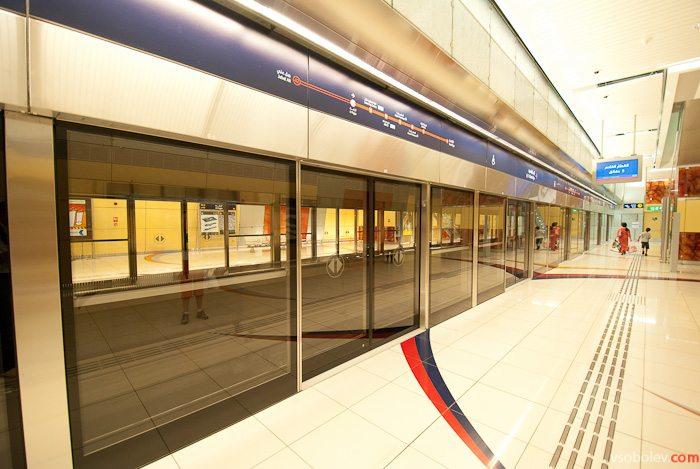Сквозь стекло видно противоположную платформу.