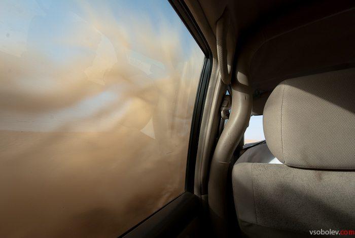 Водитель несколько раз смог пустить песок в глаза