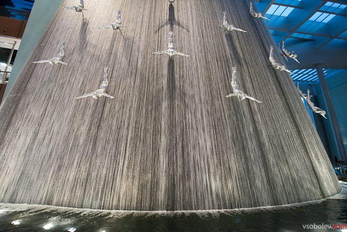 Красивый фонтан в торговом центре