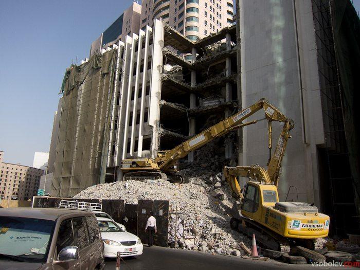 """""""Правильный"""" способ разборки зданий в центре города - экскаваторами!"""