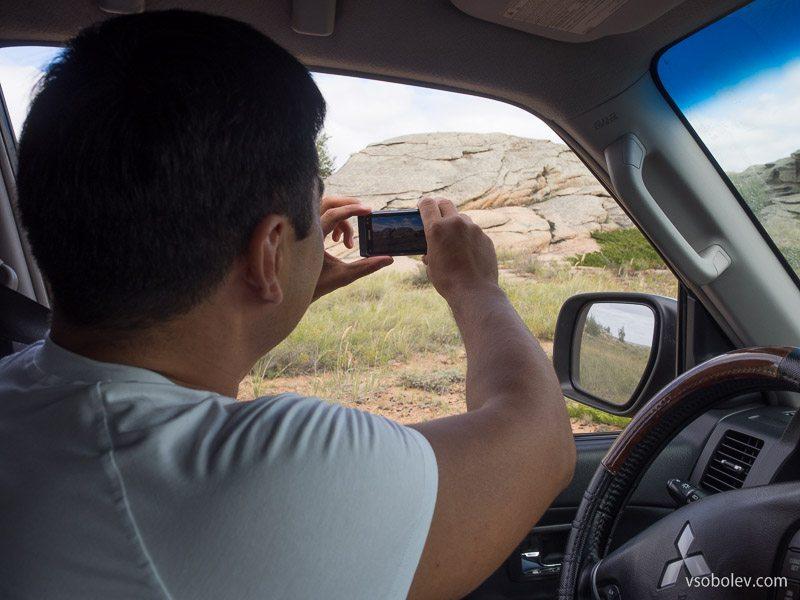 Мурат фотографирует горы
