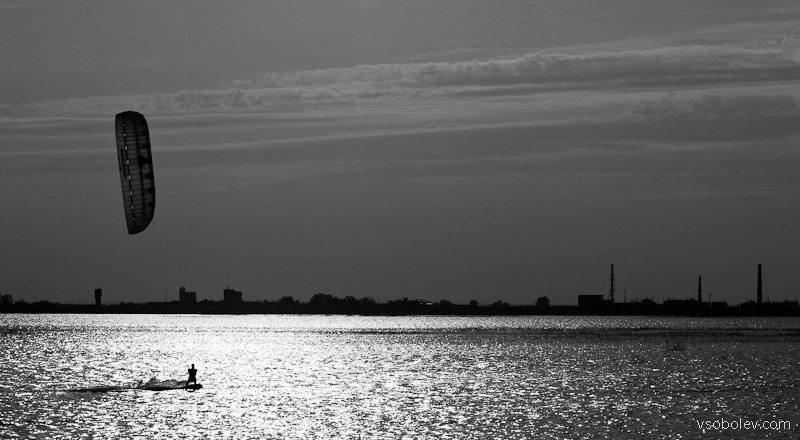 Ситуация накаляется, пришло время перейти на черно-белое изображение. Тем более, что снимали против солнца.