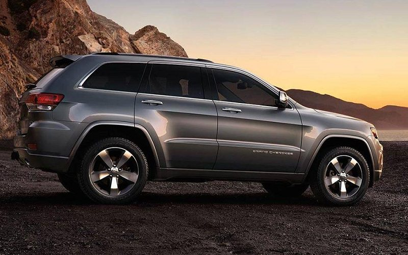 14-2014-grand-cherokee-off-road-gravel-driving_med