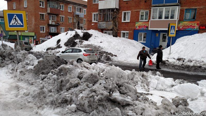Настоящий пешеходный переход. Засыпанный с одной стороны снегом на 1,5 метра