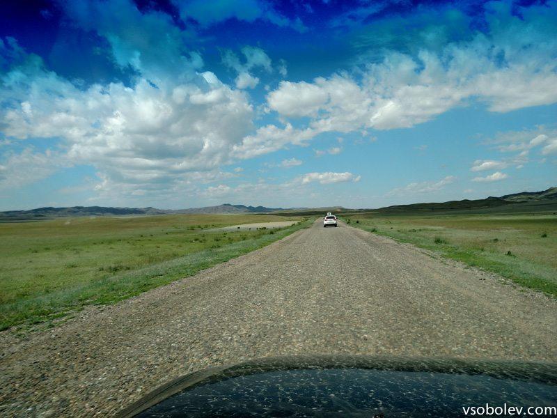 Степь, дорога, облака. Один канал, переключиться нельзя.