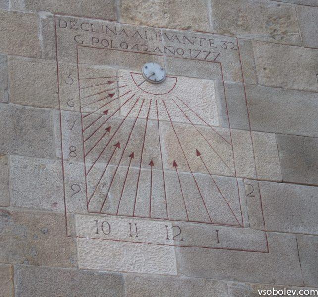 На стенах крепости нашли вот такое ... что-то, на первый взгляд похоже на солнечные часы, но как-то не соответствует. Кто-нибудь знает, что за тайный аппарат?