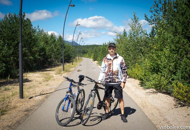 Велодорожка. На заднем плане.